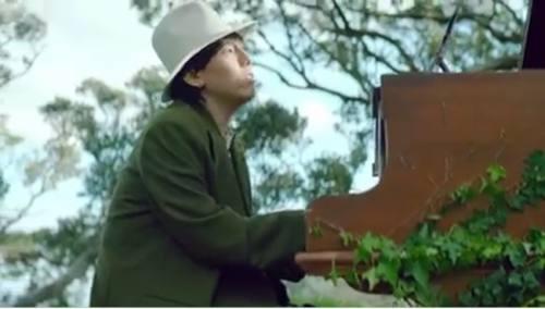 ピアノを弾き歌っている人