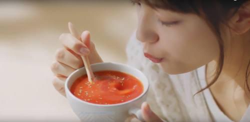 スープを冷ます女性
