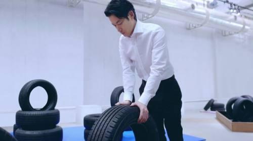 タイヤの感触を確かめています。