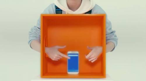 箱の中を手で探っています。