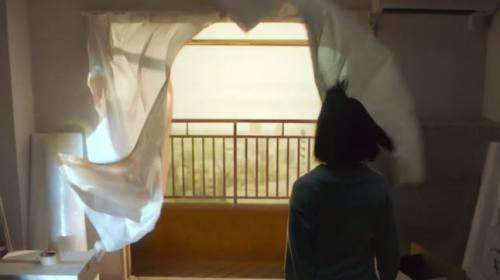 荷造りを終え窓から風が吹き込む