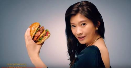 ハンバーガーを食べる